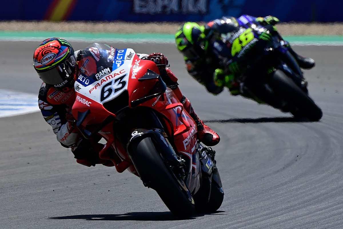 Ducati, la nueva generación. Dovizioso entrega la firma del contrato a Bagnaia