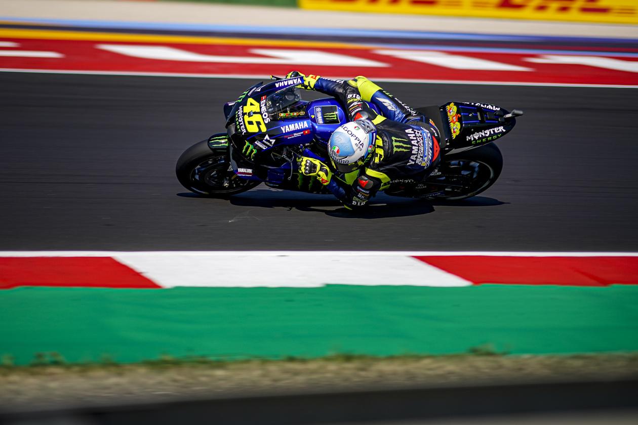 Valentino Rossi adelanta un gran grupo para ser 3º