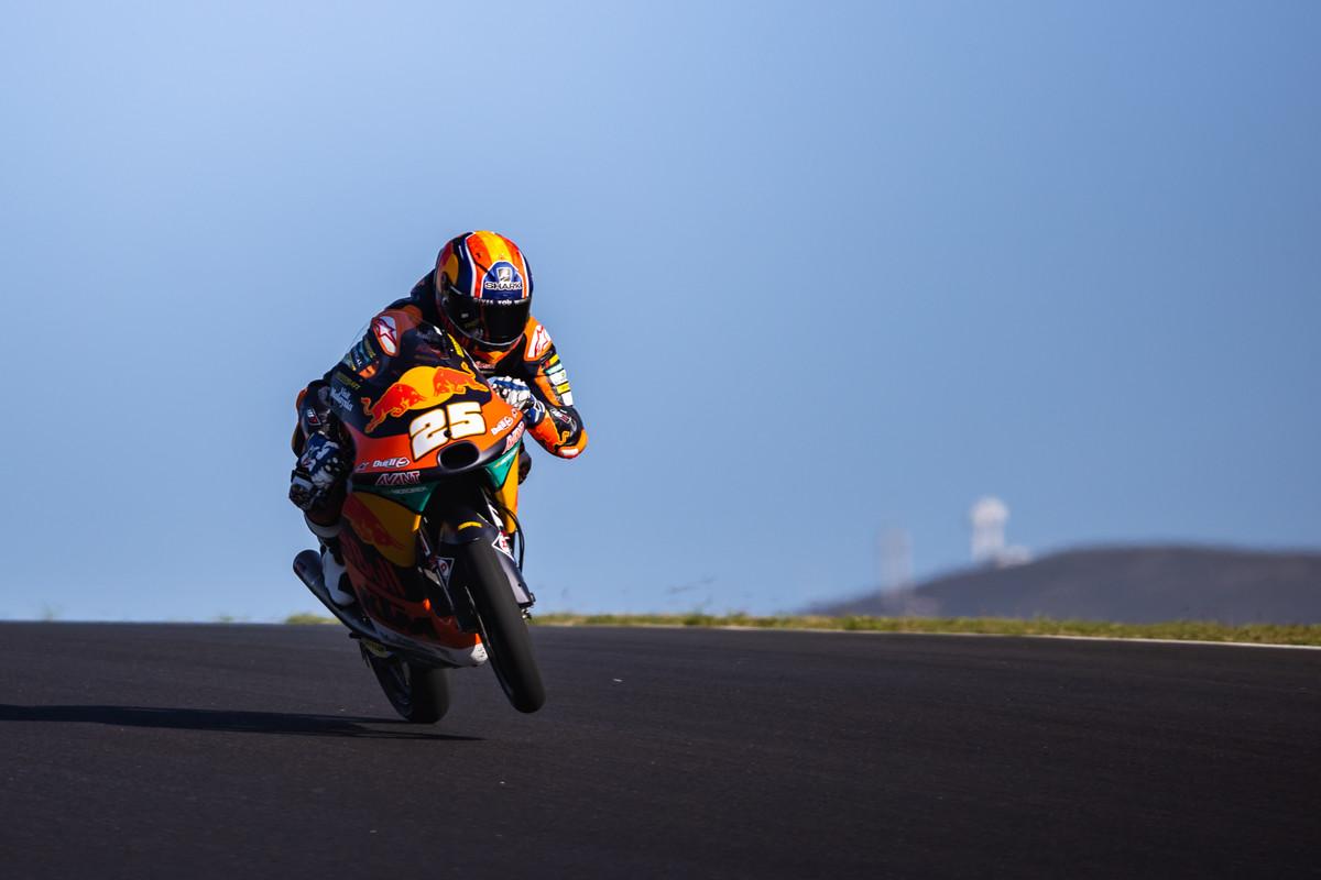 Raúl Fernández se despide de Moto3 a ritmo de pole en Portimao