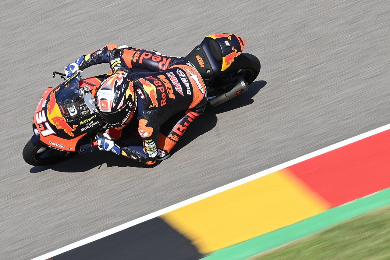 Pedro Acosta consigue una nueva victoria con lío final en el podio