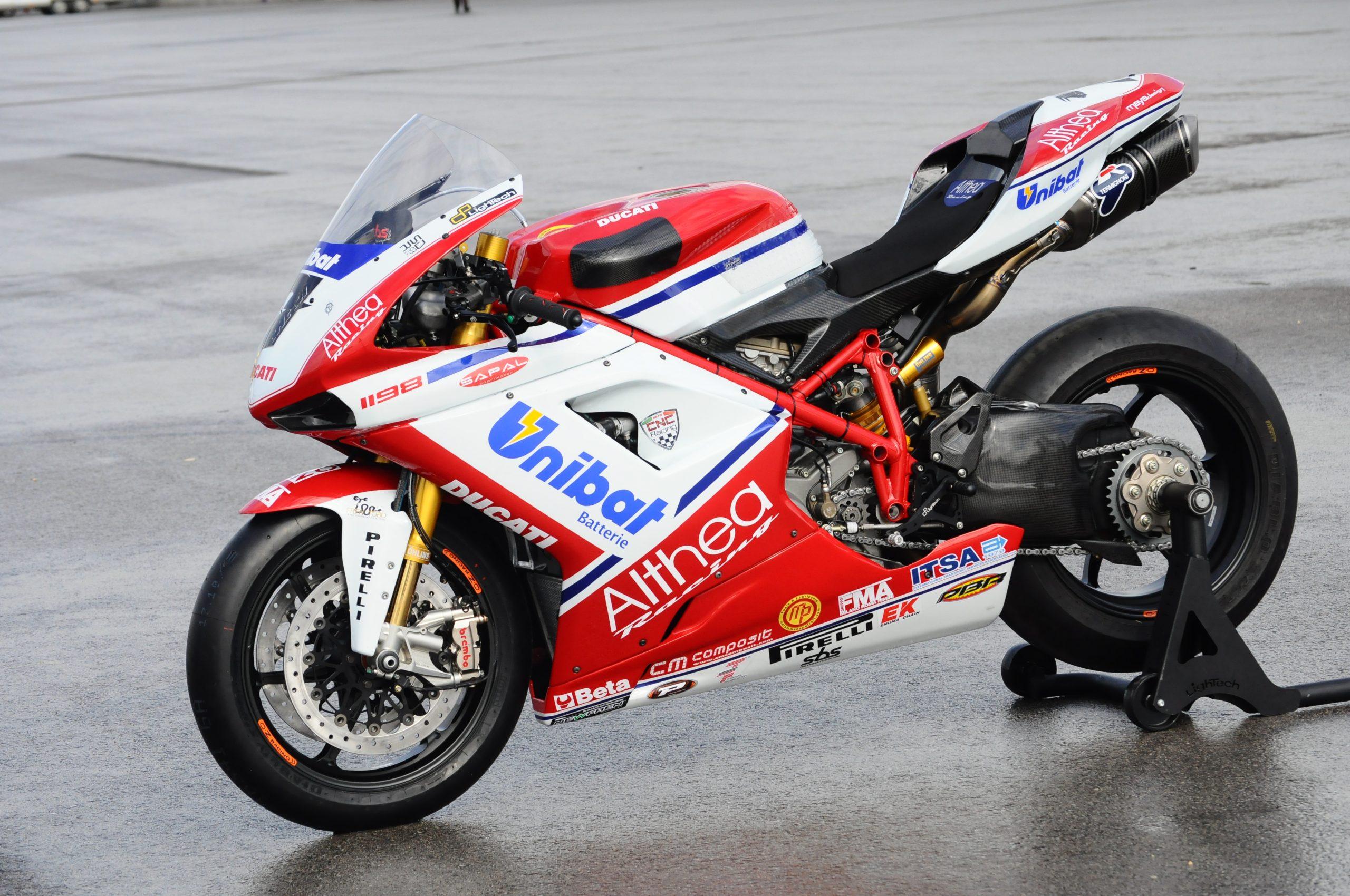 ¿Quieres la Ducati campeona de Carlos Checa? Empieza a ahorrar, porque se subasta